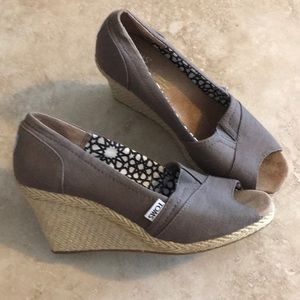 🌴Cute Toms taupe wedges🌴